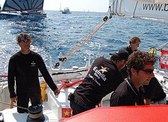 La tripulaci�n del 'Estrella Damm' en plena regata en aguas barcelonesas.