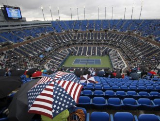 Los paraguas hicieron presencia en la Arthur Ashe.