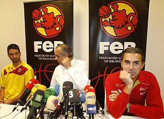 El seleccionador Sergio Scariolo, durante la rueda de prensa ofrecida este domingo en Polonia junto a Juan Carlos Navarro y al presidente José Luis Sáez