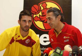 Navarro, junto a Scariolo y José Luis Sáez en la rueda de prensa ofrecida este domingo.