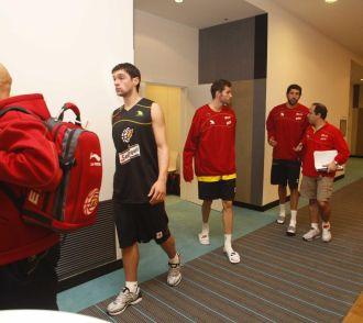 Los jugadores, a la salida de la reunión previa al entrenamiento.