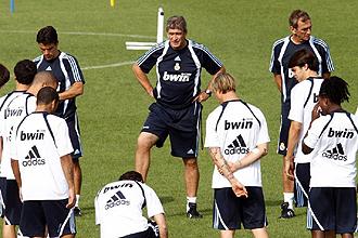 Pellegrini reunió a sus jugadores antes del entrenamiento de recuperación de este domingo tras el triunfo en campo del Espanyol