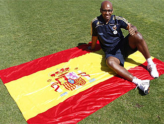 Senna posa con la bandera de España