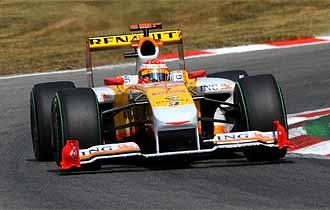 Alonso rueda sobre el circuito de Monza.