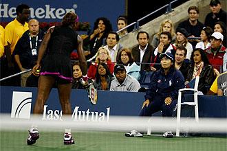 Serena amenaza a la juez de línea