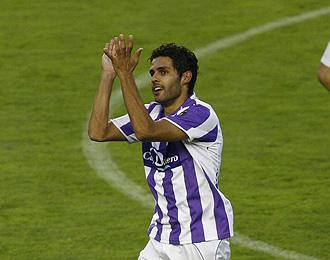 Baraja aplaude a la afición durante un partido del Valladolid