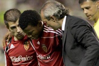 Ikechukwu Uche se retira del Sánchez Pizjuán tras lesionarse de gravedad la rodilla izquierda.