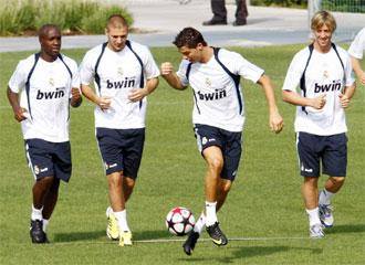 Cristiano Ronaldo pr�ctica con el bal�n de la Champions