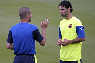 Rafa Márquez recibe instrucciones de Guardiola durante un entrenamiento