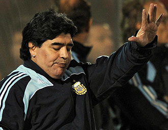 Maradona durante la derrota de Argentina en Paraguay