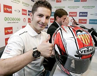 H�ctor Faubel, posa con un casco con el escudo del Valencia C.F.