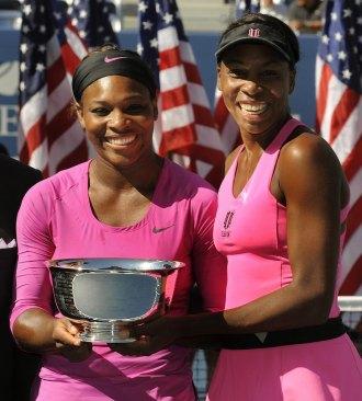 Serena y Venus Williams posan con el trofeo de campeonas en el US Open.