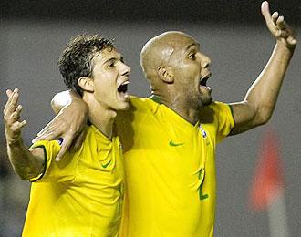 Nilmar y Maicon celebran uno de los goles del delantero del Villarreal ante Chile.