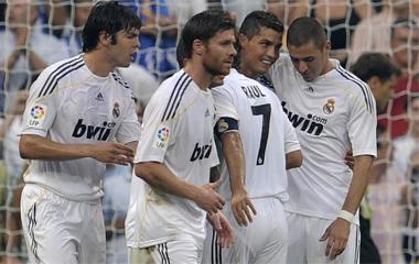 Kaká, Xabi Alonso, Raúl, Cristiano y Benzema celebran un gol.