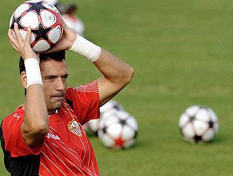 Palop detiene un balón durante el entrenamiento del Sevilla.