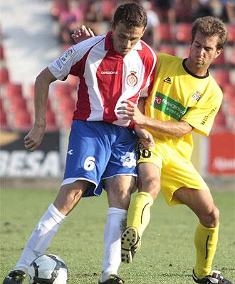 Longás intenta quitar el balón a Matama, del Girona