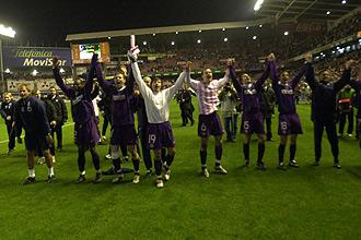 Los jugadores del Austria Viena celebran su pase a la siguiente ronda de la UEFA en San Mam�s en 2005.