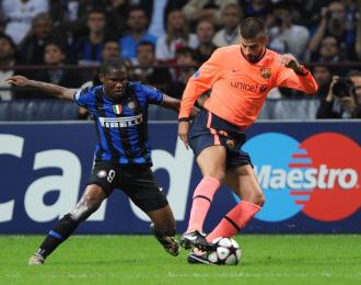 Etoo presiona a Piqu� durante el encuentro entre Inter de Mil�n y Barcelona.