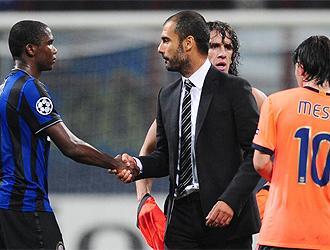 Guardiola saluda a Etoo al final del partido