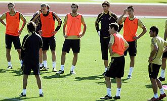 Luis Milla da indicacciones a sus jugadores en el entrenamiento de la sub-20 en Las Rozas.