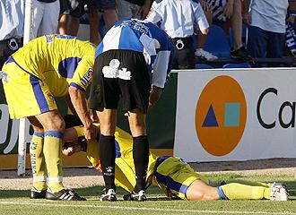 El herculano Sergio Fern�ndez y el cadista Fleurquin consuelan a Abraham Paz tras fallar el penalti que mandaba al C�diz a Segunda B en junio de 2008