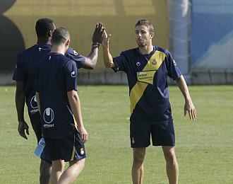 Luis García saluda a Kameni en un entrenamiento con el Espanyol
