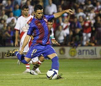 Rub�n Castro dispara a puerta durante el partido de la pasada temporada entre el Huesca y el Rayo... su anterior equipo y su actual