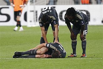 Xabi Alonso se duele en el suelo de la lesión que le tendrá entre siete y diez días de baja.