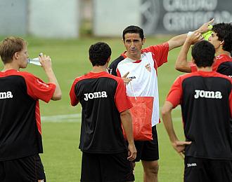 Manolo Jiménez da instrucciones a sus jugadores