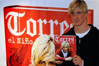 Fernando Torres posa con su libro.
