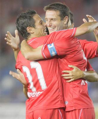Del Pino y Palacios celebran un gol del Numancia.