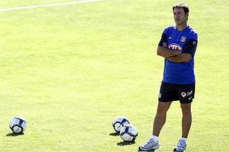 Abel Resino observa, con gesto serio, a sus jugadores durante un entrenamiento del Atl�tico de Madrid.