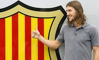 Chygrynskiy posa con el escudo del FC Barcelona el día de su presentación.