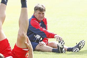 Camacho realiza estiramientos en un entrenamiento de Osasuna.