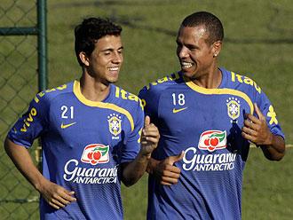 Nilmar y Luis Fabiano durante un entrenamiento con Brasil