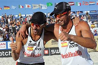 Pablo Herrera y Adrián Gavira celebran una victoria en un campeonato de voley playa.