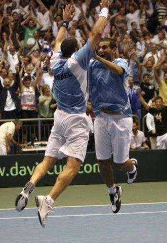 Andy Ram y Jonathan Erlich celebra el pase de Israel a las semifinales de la Copa Davis.