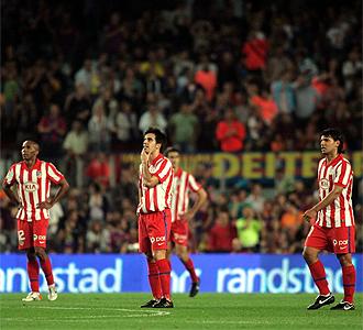 Jugadores del Atlético en el Camp Nou.