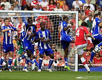 Cesc lanza una falta durante el partido con el Arsenal