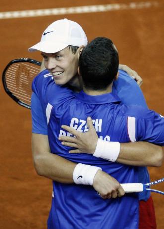 Tomas Berdych y radek Stepanek se abrazan tras su victoria en el dobles.