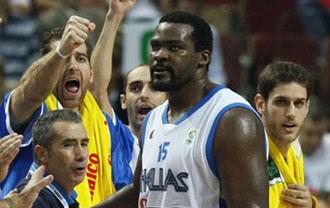 Los jugadores griegos jalean a Schortsanitis.