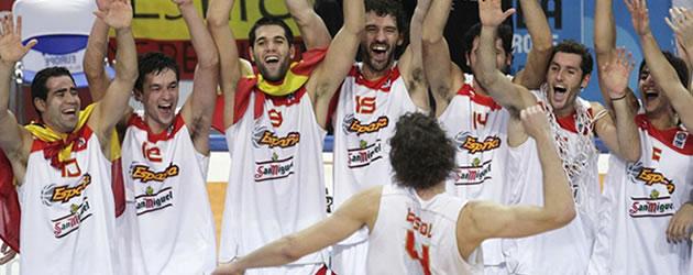 El equipo espa�ol celebrando el oro