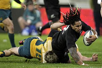 Ma'a Nonu consigue pese a la oposici�n de varios rivales el segundo ensayo de Nueva Zelanda ante Australia en la �ltima jornada del Tri Nations'09