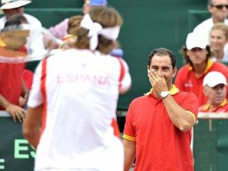 Albert Costa sonríe a David Ferrer desde el banquillo.
