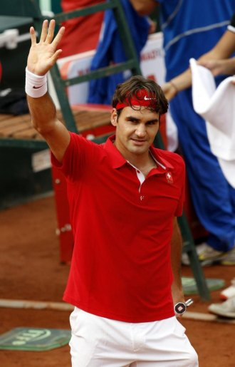 Roger Federer saluda al público genovés tras ganar a Potito Starace.