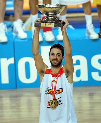 Navarro levanta el trofeo de campe�n de Europa.