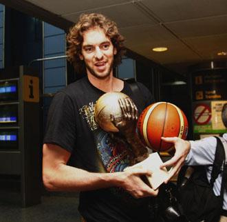 Pau, con el trofeo de MVP del Eurobasket de 2009