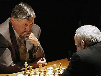 Karpov y Kasparov en plena partida.
