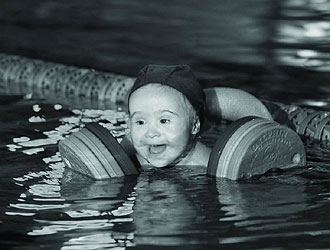 Pablo, uno de los niños protagonistas de este calendario, posa practicando natación.