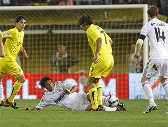 Ra�l pelea por el bal�n en Villarreal
